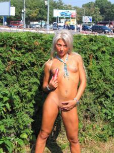 Прикольная блондинка дрочит киску вибратором в публичных местах - фото #3
