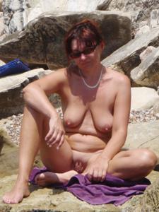 Женщина с висячками загорает голышом - фото #1