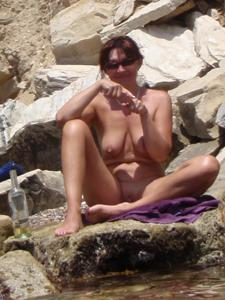 Женщина с висячками загорает голышом - фото #13