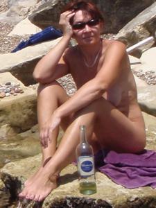 Женщина с висячками загорает голышом - фото #17
