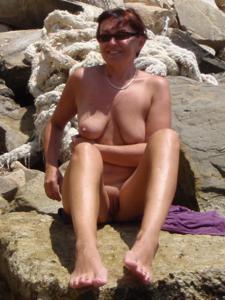 Женщина с висячками загорает голышом - фото #20