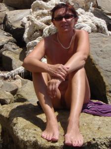 Женщина с висячками загорает голышом - фото #21