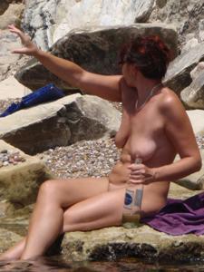 Женщина с висячками загорает голышом - фото #27