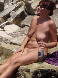 Женщина с висячками загорает голышом - фото #28