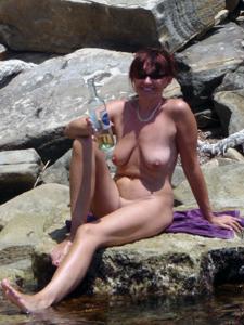 Женщина с висячками загорает голышом - фото #3