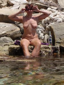 Женщина с висячками загорает голышом - фото #30