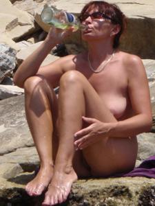Женщина с висячками загорает голышом - фото #31