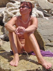 Женщина с висячками загорает голышом - фото #33