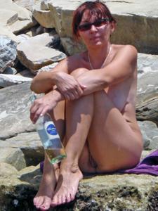 Женщина с висячками загорает голышом - фото #5