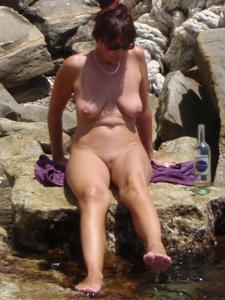 Женщина с висячками загорает голышом - фото #7