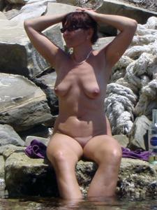 Женщина с висячками загорает голышом