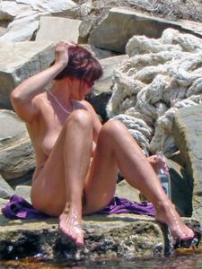 Женщина с висячками загорает голышом - фото #9
