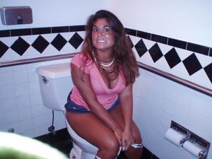 Ктол любит смотреть на женщин в туалете? - фото #18