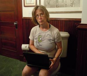 Ктол любит смотреть на женщин в туалете? - фото #27