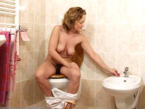 Ктол любит смотреть на женщин в туалете? - фото #35