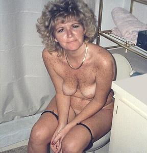 Ктол любит смотреть на женщин в туалете? - фото #37