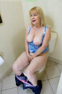 Ктол любит смотреть на женщин в туалете? - фото #38