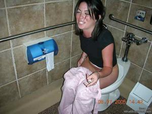 Ктол любит смотреть на женщин в туалете? - фото #6