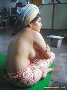 Голая грудь девушки из Индонезии - фото #1