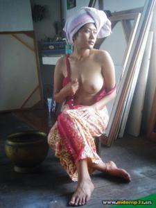 Голая грудь девушки из Индонезии - фото #2
