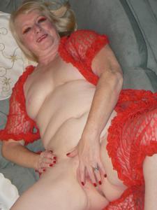 Пожилая Лидия распахнула халат