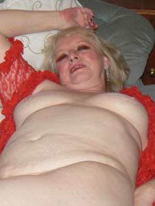 Пожилая Лидия распахнула халат - фото #14