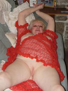 Пожилая Лидия распахнула халат - фото #15