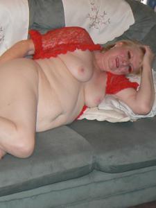 Пожилая Лидия распахнула халат - фото #27