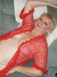 Пожилая Лидия распахнула халат - фото #3