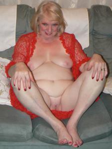 Пожилая Лидия распахнула халат - фото #34
