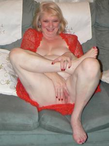Пожилая Лидия распахнула халат - фото #36