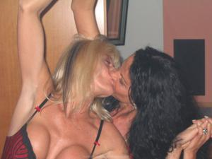 Бисексуальные милфы и муж одной из них - фото #10
