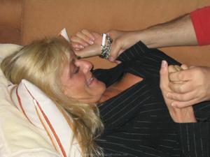 Бисексуальные милфы и муж одной из них - фото #22