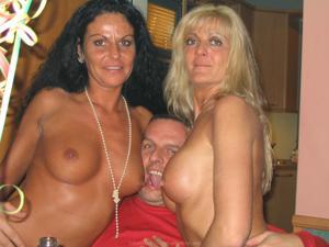 Бисексуальные милфы и муж одной из них - фото #35