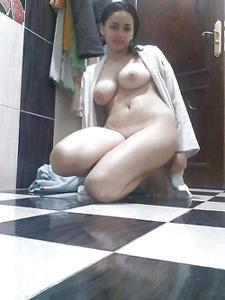 Красивая в ванной на полу - фото #1