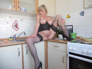 Зрелая Эрика пытается возбудить мужа позированием - фото #3