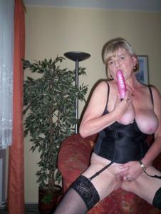 Зрелая Эрика пытается возбудить мужа позированием