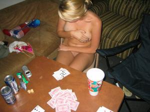 Играет с братом на раздевание - фото #8
