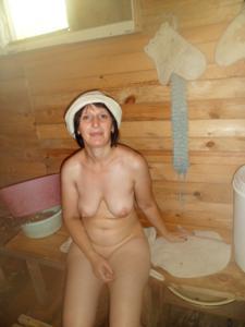 Зрелая жена в баньке и не в баньке - фото #16