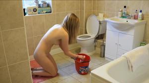 Моет пол голая - фото #1