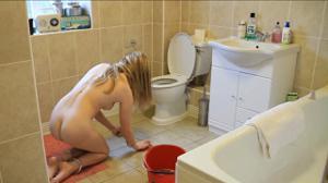 Моет пол голая - фото #6