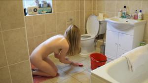 Моет пол голая - фото #7