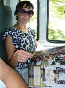 Жена показывает трусики сидя на лавочке - фото #15