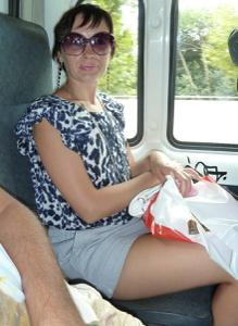 Жена показывает трусики сидя на лавочке - фото #16