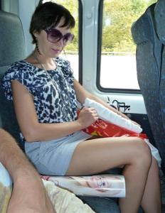 Жена показывает трусики сидя на лавочке - фото #17
