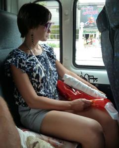Жена показывает трусики сидя на лавочке - фото #18