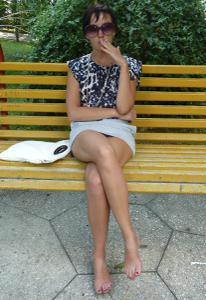 Жена показывает трусики сидя на лавочке - фото #26