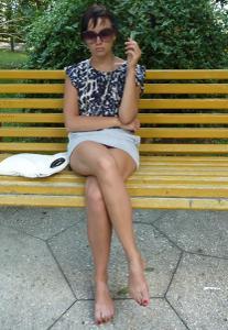 Жена показывает трусики сидя на лавочке - фото #27