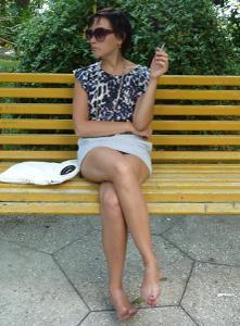 Жена показывает трусики сидя на лавочке - фото #28