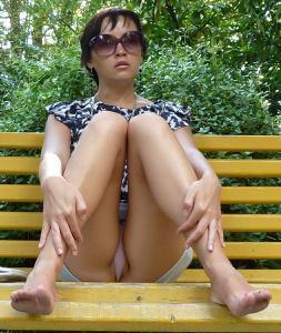Жена показывает трусики сидя на лавочке - фото #34